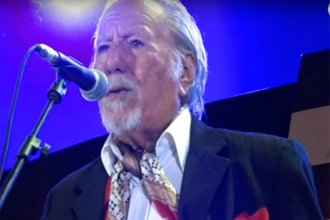 A los 88 años, Víctor Velázquez cantó y se emocionó en el escenario de Cosquín