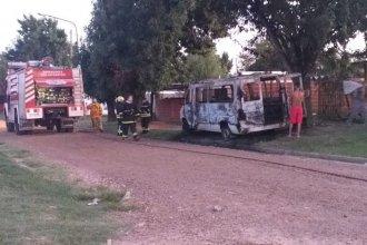 El fuego consumió por completo una camioneta: el incendio habría sido intencional