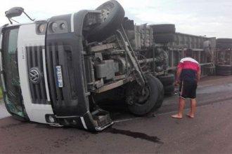 """El enojo de un camionero que volcó: """"No sé cómo pueden salir a la ruta gente tan descerebrada"""""""