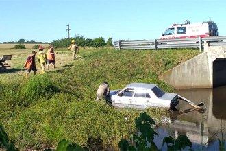 Despistó en la autovía 14 y terminó dándose un chapuzón en el arroyo