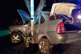 Un conductor perdió el control del auto y quedó incrustado contra una columna:fue hospitalizado