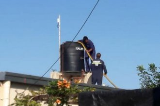 Emergencia hídrica: sin suministro en la zona de Liebig, bomberos llevan varios viajes de agua