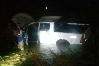 Camioneta terminó dentro de un arroyo desbordado por la lluvia