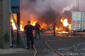 Se desató un importante incendio en la planta de reciclaje del Parque Industrial Gualeguaychú