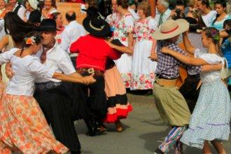 Versiones cruzadas sobre los talleres municipales de folclore en Villa Elisa generan polémica