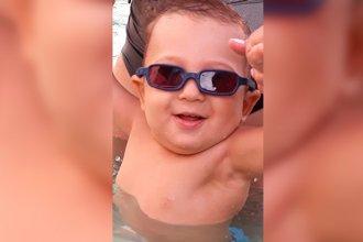 Piden ayuda para encontrar los anteojos especiales de un bebé que padece fotofobia