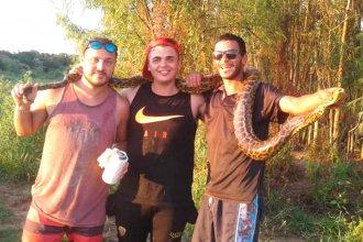Fueron a pescar y los sorprendió una víbora de dos metros