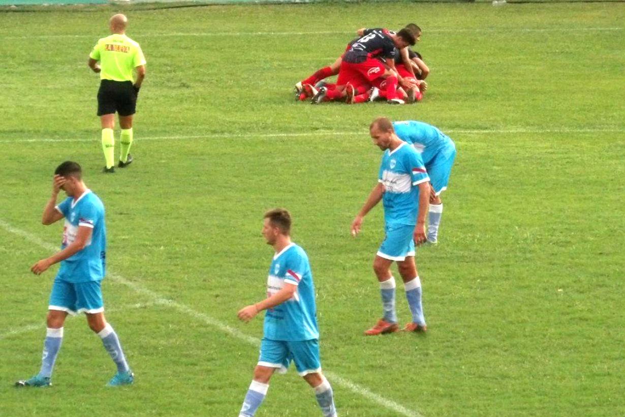 Abrazo de gol: Robles hizo el del triunfo.