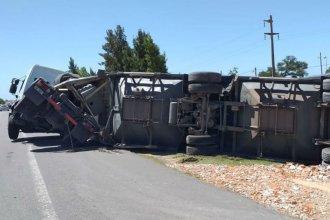 Un camión volcó cuando ingresaba a la Autovía Artígas y el tránsito quedó reducido