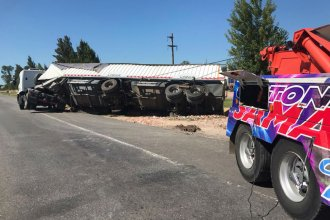 El camionero aseguró que el desnivel para ingresar a la Autovía le produjo el vuelco de su carga