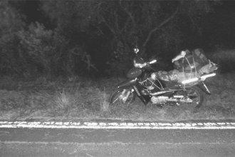 Un cuerpo sobre el pasto y una moto, la escena que encontró la Policía a la vera de la ruta 2
