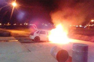 De película: un auto chocó un badén de hormigón y se prendió fuego