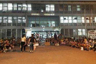 Larga noche en Tribunales tras el femicidio de Fátima: las mujeres hicieron vigilia afuera y las autoridades quedaron adentro