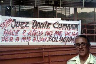 Colocó carteles en Tribunales para reclamar públicamente que le dejen ver a sus hijas