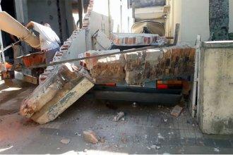 Efecto dominó: camión marcha atrás derribó un muro, que aplastó a un auto estacionado