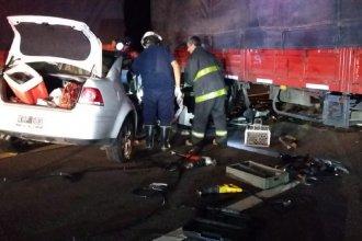 Un automóvil embistió a un camión que estaba cruzado sobre la ruta: hay un herido de gravedad