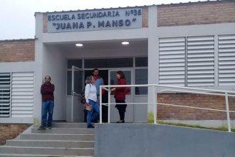 """Los días de clases, en tiempo de cuarentena: en la """"Juana Manso"""" recurren a las redes sociales y a la generosidad para el que no tiene internet"""