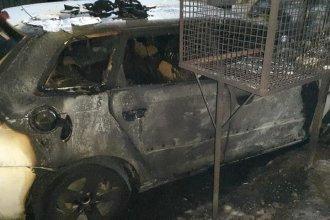 Durante la madrugada, prendieron fuego de manera simultánea cuatro vehículos