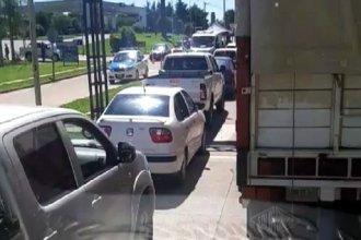 A pesar de la cuarentena, autos formaron una larga fila en el acceso a Concordia