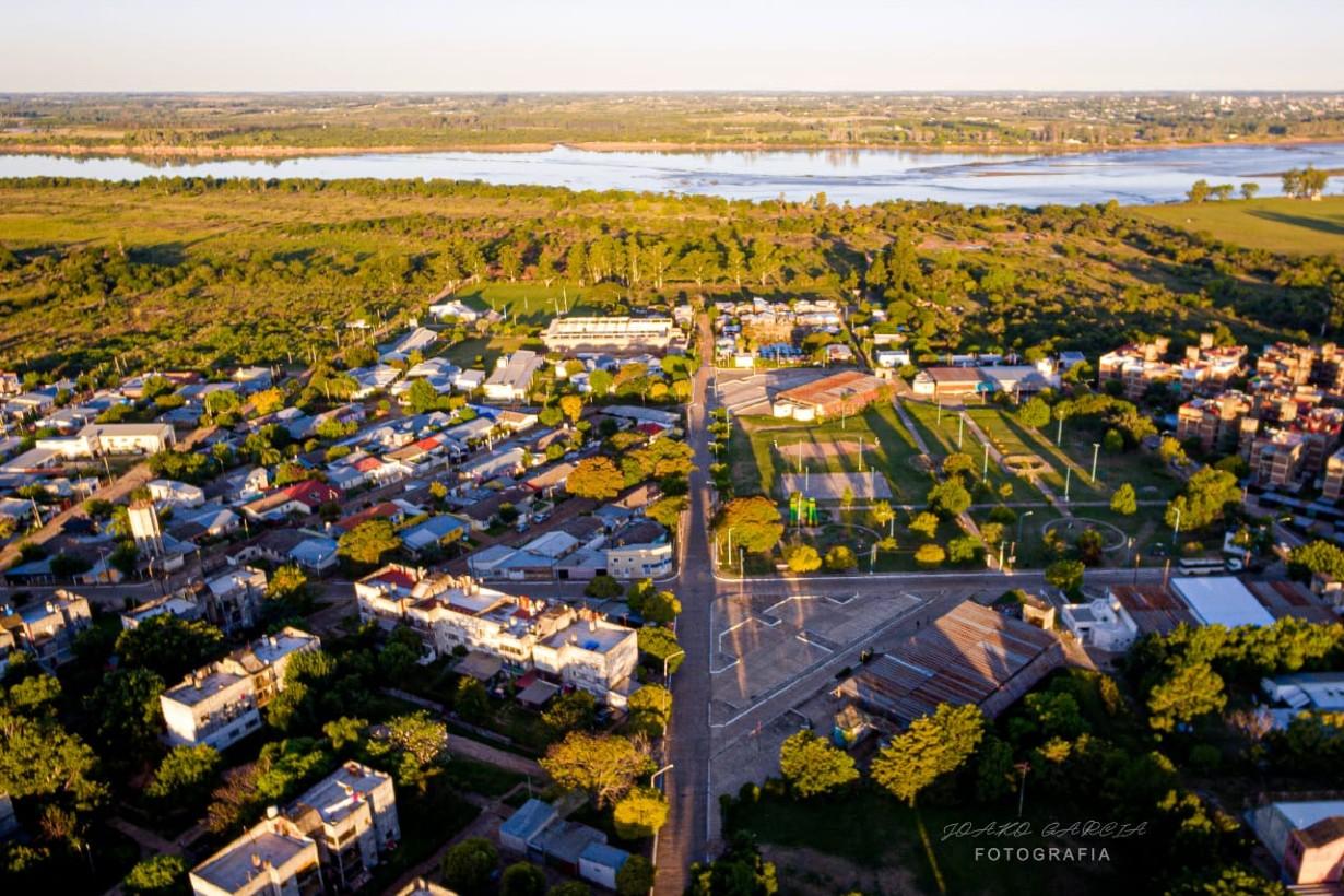 El barrio, semivacío, y el Uruguay de fondo.