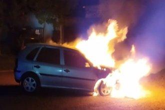 Cuando despertó, su auto estaba incendiado en medio de la calle
