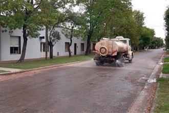 Medida de prevención contra el coronavirus: un municipio comenzó a regar las calles con agua y lavandina