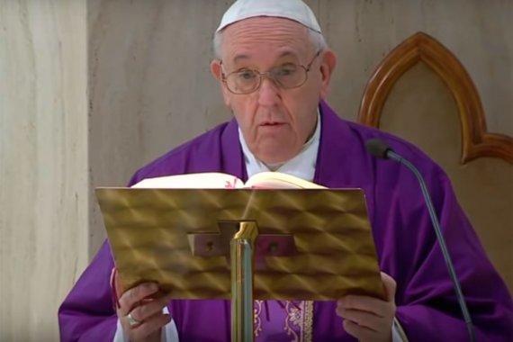 """Francisco dijo que se ve """"gente que tiene hambre"""" y recordó a religiosos que en plena pandemia siguen ayudando a pobres y enfermos"""