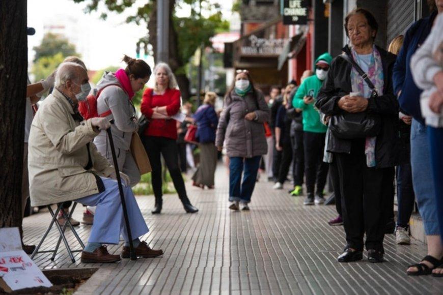 Fila para ingresar a un banco en Buenos Aires