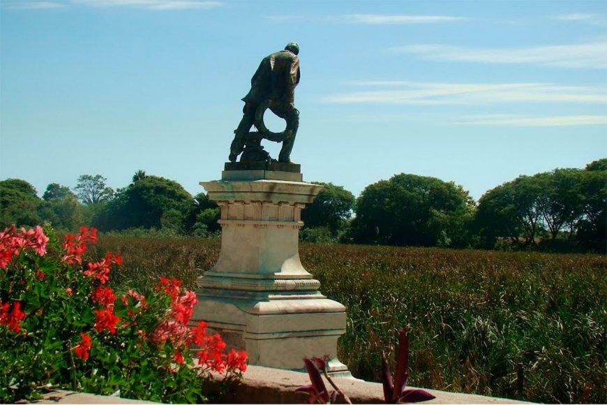 Una estatua en homenaje a Luis Viale