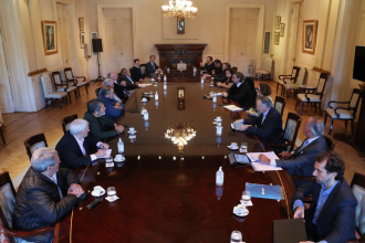 """En una reunión con varios sectores, el gobierno evaluó cómo sería la """"apertura paulatina y gradual"""" de la cuarentena"""