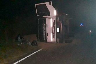 Durante la madrugada, un conductor perdió el control del camión y volcó: fue hospitalizado