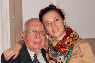 El afecto vence la distancia: la nieta que le lee libros a su abuelo, que pasa la cuarentena en Paraná