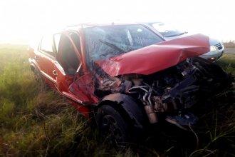 Destruyó su auto al chocar contra una tolva y terminó en el hospital