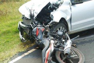 Dos hermanos perdieron la vida en un choque frontal entre un auto y una moto