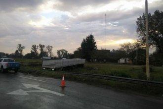 En medio de las intensas lluvias, un camionero esquivó un auto para evitar un choque y despistó