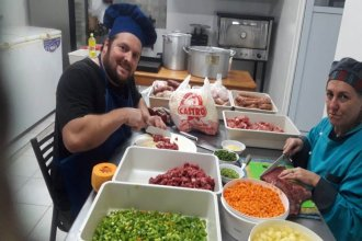Cocinaron cazuela para repartir entre quienes trabajan a pesar de la cuarentena y el feriado