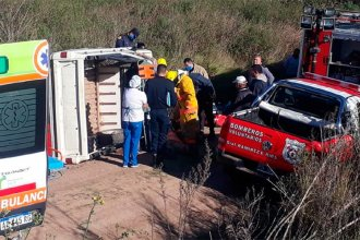 Una camioneta volcó en un camino vecinal y sus ocupantes quedaron atrapados