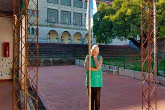 Jubilación en cuarentena: docente entrerriana se despidió izando la bandera en soledad