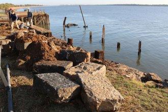 Con una antigua técnica, restauran un muro de piedra en el puerto de Colón