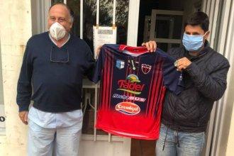 Aunque el histórico partido frente a River no tiene fecha, la camiseta del club entrerriano ya está lista