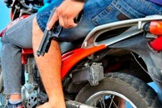 Motochorros, de 16 y 17 años de edad, asaltaron a dos jóvenes con un revólver de juguete