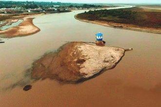 """La bajante del río y una postal atípica de la toma de agua: """"Estamos parados sobre el agua"""""""