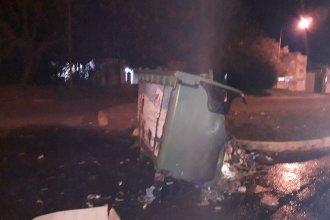 Quemaron tres contenedores en La Histórica: pese al trabajo de Bomberos, fueron destruidos por las llamas