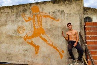 """""""Salió a bancarnos y eso no tiene precio"""", dijo futbolista entrerriano que dibujó un mural de Maradona en la pared de su casa"""