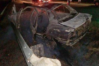 En una ruta de la provincia, un remis con dos ocupantes chocó contra el guardarrail y se incendió
