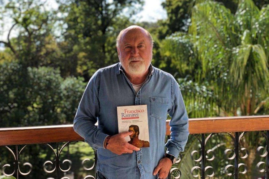 El ex gobernador y su libro sobre Pancho Ramírez.