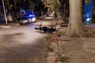 En pleno centro de la ciudad, un motociclista chocó contra una columna y sufrió fractura de cráneo