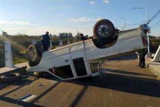 La baranda del puente impidió que cayera al arroyo con su camioneta
