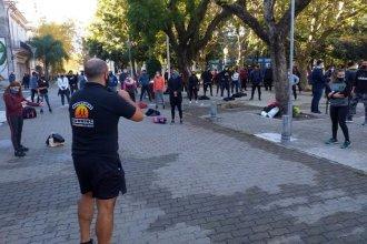 Con una clase pública frente a la municipalidad, pidieron volver a la actividad