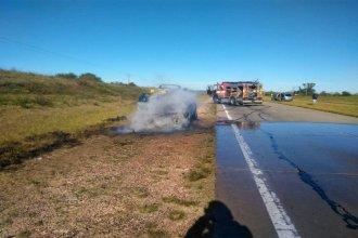 Manejaba por la autovía, sufrió un desperfecto y su auto se prendió fuego